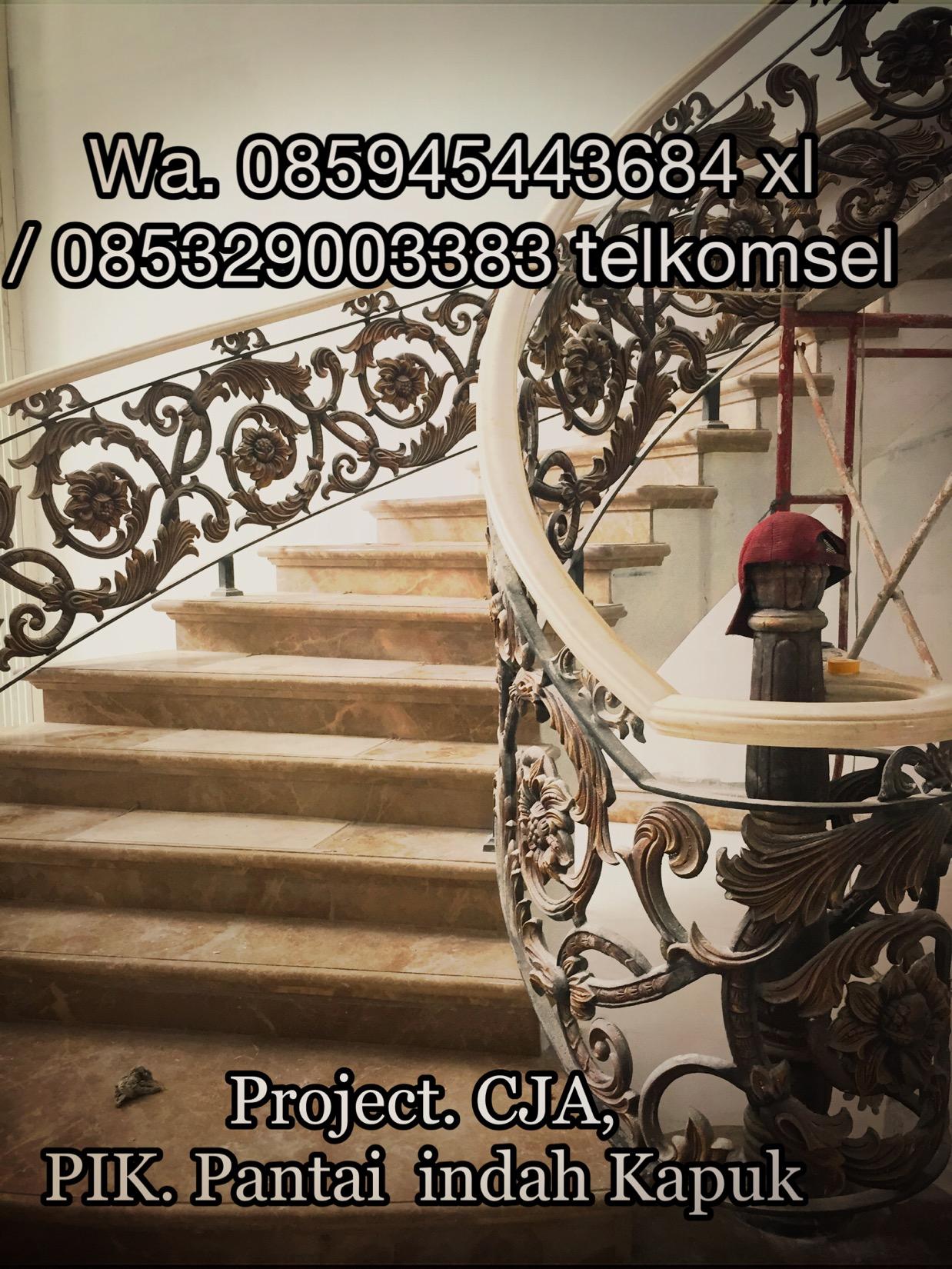 railing tangga klasik,railing tangga,tangga,balkon,railing tangga besi tempa klasik,railing balkon,railing tangga mewah,railing tangga kladik rumah mewah,ornamen railing tangga klasik,